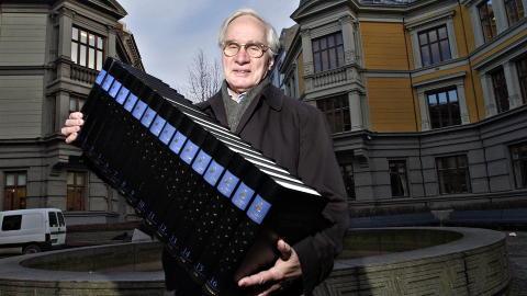 Bilde av Francis etter at han hadde gitt støtte til den siste utgivelsen av Store norske leksikon på papir. Vi er fremdeles usikker på hvordan han greide å holde alle bøkene eller om det er en modell.