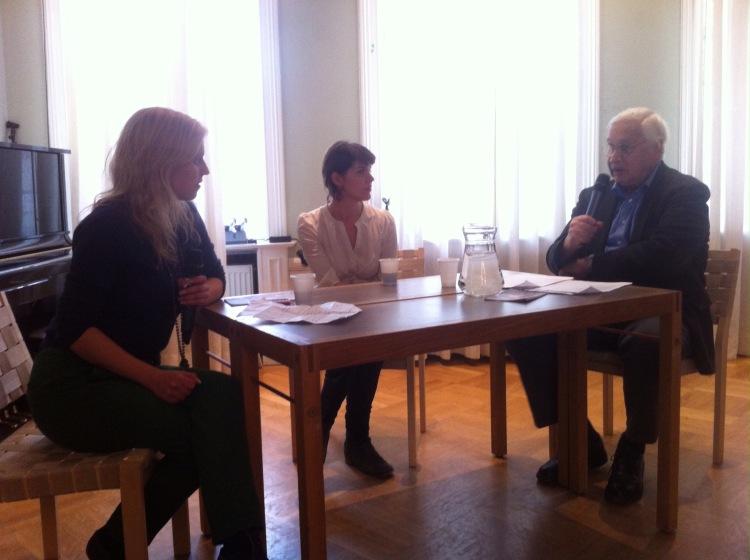 Francis og redaktør Marte Ericsson Ryste i samtale om artiklene hans i SNL, fra Sakprosafestivalen